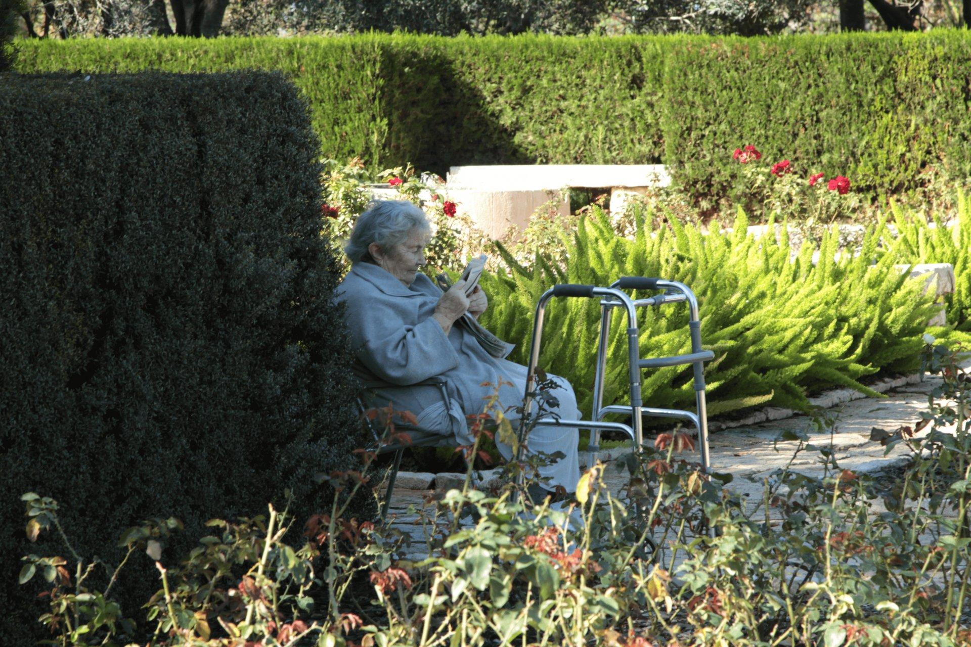 מבוגרת עם קביים בגן